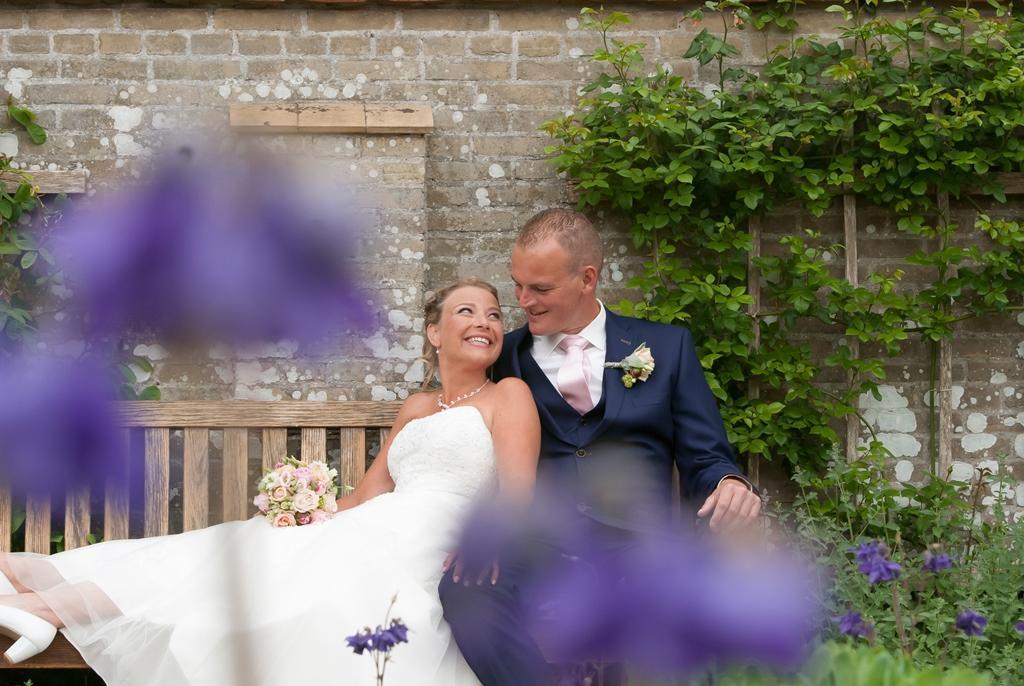 bruid-n-bruidegom-op-bankje