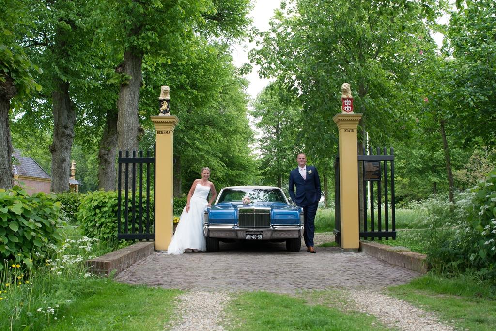 bruidspaar-met-amerikaanse-auto