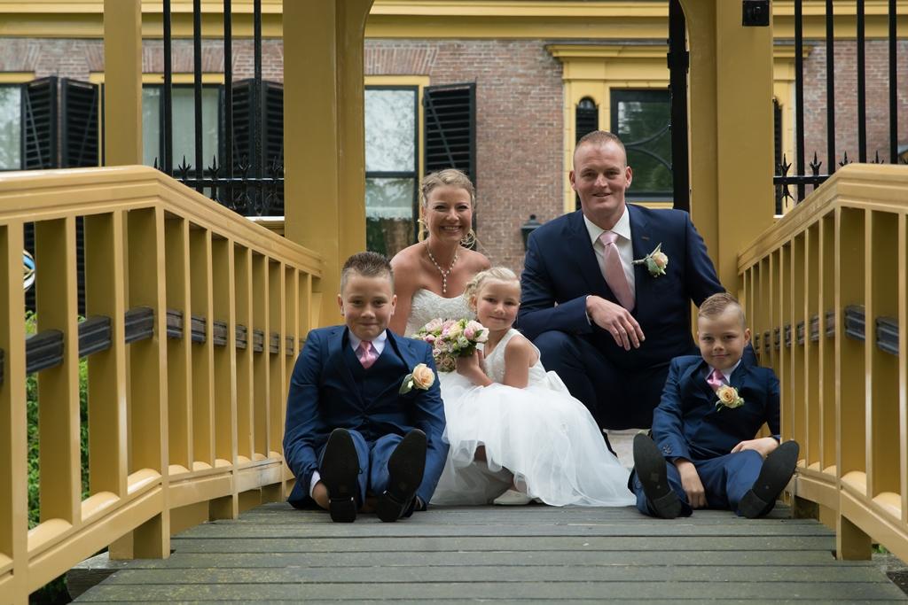 bruidspaar-met-kinderen-op-brug