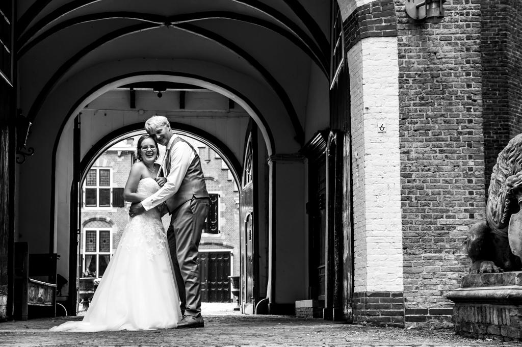 bruid-en-bruidegom-bij-poort-zwart-wit