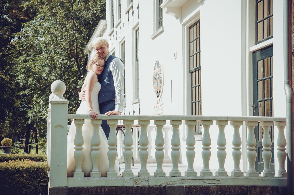 bruid-en-bruidegom-op-balkon