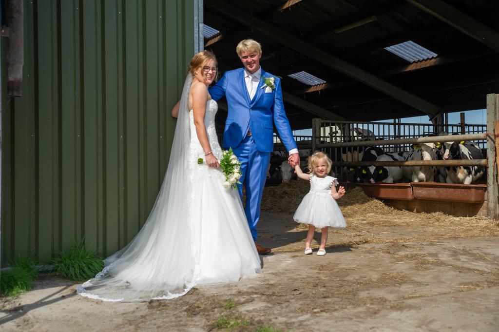 bruidspaar-op-boerderij-met dochter