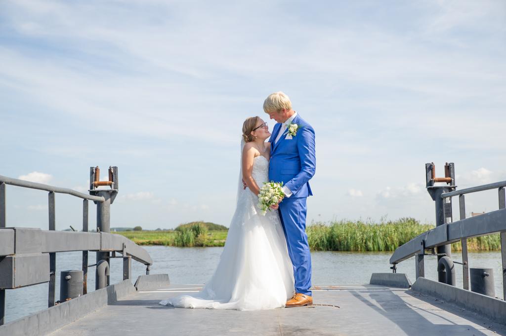 bruidspaar-op-pont-aan-water-friesland
