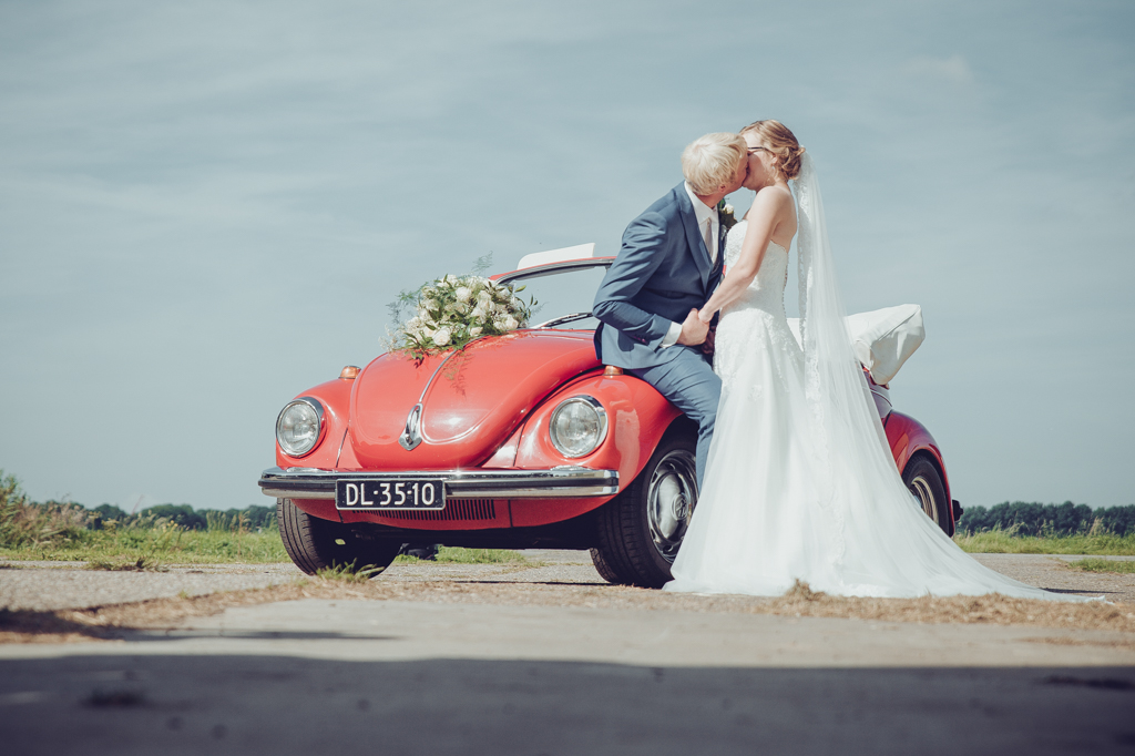 vw-cabrio-bruidspaar-zoenen