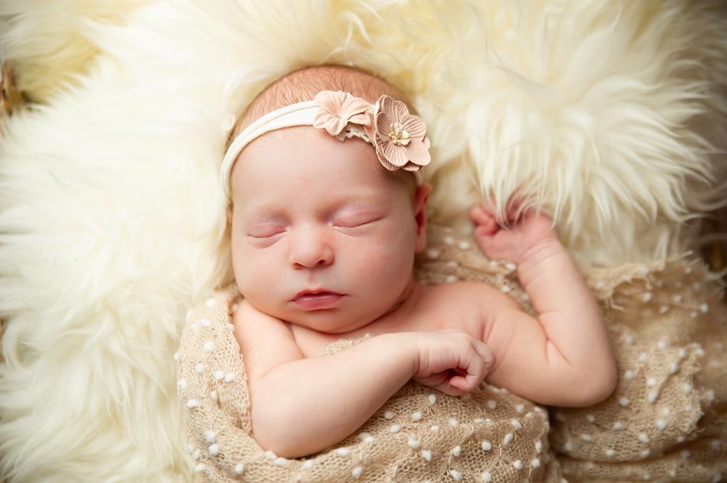 newborn-fotoshoot-op-schapenvacht-01